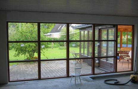 Innrede stue med store vinduer