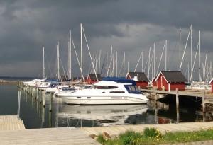 Sorte skyer over lystbådehavnen i Struer