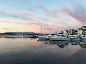 Leirvik havn i solnedgangslys