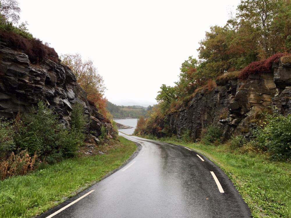 Regnvåd vej på Tjul